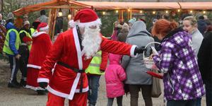 Tomten bjöd både stora och små marknadsbesökare på pepparkakor under lördagens julmarknad i Åvestbo.