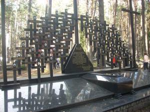 Minnemärket vid en av gravplatserna. Foto: Eva Hansson.