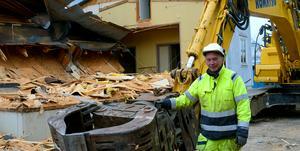 Ulf Rahbe och hans kollega från Göteborg håller nu på att riva gamla Pärlan i Enbacka.