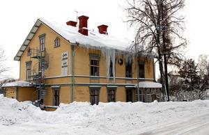 Istapparna växer i längd på gamla apotekets hus i Timrå.