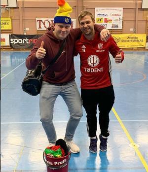 Arvid Slätis och Tony Eriksson ställde upp för foto efter att den förstnämnda blivit utsedd till årets profil i Rånäscupen. Foto: Rånäs IF.