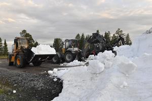 Snö hämtas på Idre Fjäll genom John Persson, Jonny Åslund och Jens Nordkvist, som lånar lite av den sparade snön till skidloppet som kördes i Idre för två veckor sedan.