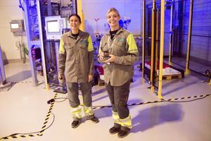 Operatören Malin Skog och produktionsledaren Malin Björk ingår i gänget som jobbar i Sandviks nya fabrik för titanpulver.