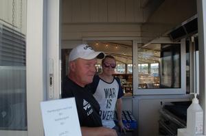 Lasse Hedman och hans son Markus lagar hamburgare till hungriga besökare.
