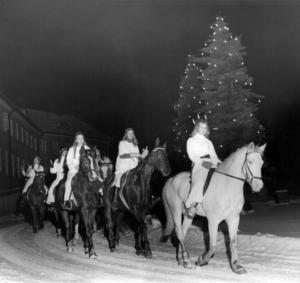 Lucian Inga-Britt Spångberg med tärnor red från ridhuset i Tanne via Mjälle till Frösö sjukhus för att lussa 1971.Foto: ÖP:s arkiv