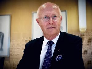 Rektor Johan Schnürer skriver tillsammans med...