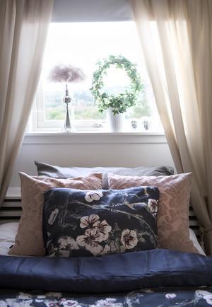 Ebba gillar att pyssla och göra snyggt i sitt rum. Gardinerna har hon hängt upp och fått hjälp med att piffa av sin mamma Veronica.