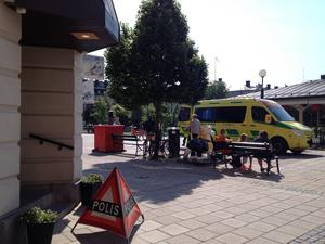 Polis och ambulans kallades till brottsplatsen, men rånare lyckades fly med bytet.