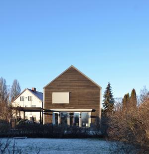 Baksidan har en veranda som blir ett extra rum på sommaren. Foto: Anna-Lena Wickman/Anders Holmberg Arkitekter