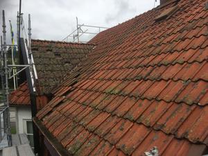 Taket var mycket slitet när de satte igång med arbetet.