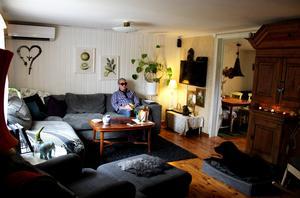 Johan Seige i sitt vardagsrum i huset som hans morföräldrar köpte när han föddes.