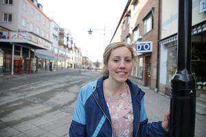 Kajsa Holmqvist berättar att här utanför Gallerian placeras vattenspelet. Det får en beläggning av granit och de sex vattenstrålarna som kan variera i höjd kommer att lysas upp med olika färger.
