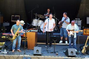 Jellyroll soul fick solen att börja stråla. Bernt Rogberg, saxofon,  Tobias Åslund, klaviatur, Jim Sohlman, trummor, Björn Ekholm, sång, Jerk Wååg, bas och Tord Engström, gitarr.