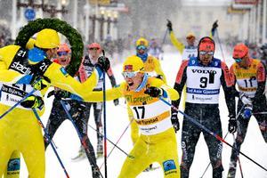 Vinnaren Tore Björseth Berdal jublar med trean Torleif Syrstad efter Team Kotengs taktiska triumf. Bakom den syns flera åkare från Oskar Kardins Team Ragde Eiendom. Foto: Ulf Palm/TT