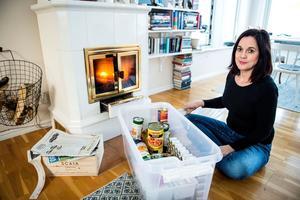 I Elin Holmbergs preparerade låda finns mycket av det som familjen behöver den första veckan vid en krissituation: Matkonserver, knäckebröd, värmeljus och tändstickor, batterier, mediciner – och en hel del annat.
