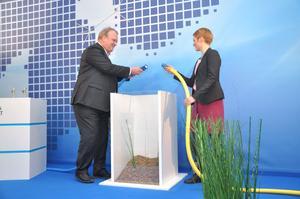 Mikael Odenberg, generaldirektör på Svenska kraftnät, och energiminister Anna-Karin Hatt (C) kopplar symboliskt ihop två kablar och därmed är likströmsförbindelsen Fenno Skan 2 mellan Sverige och Finland invigd.