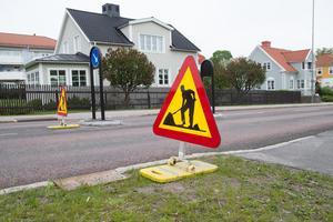 På flera ställen på Brädgårdsgatan finns skyltar som talar om att det pågår ett vägarbete.