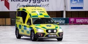 Ambulansen fick åka in på isen för att hämta den skadade målvakten.
