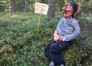 Här sitter ett troll och väntar på sin tur, lyder skylten. Om han väntar på tur eller tandläkaren är upp till besökaren att bestämma.