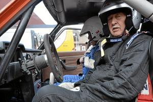 Första sprinten. Roland Karlsson har kört mycket rally, men det här är första Norasprinten och dessutom  i en Volvo 142 från 1973, med kartläsare Anders Östlund.