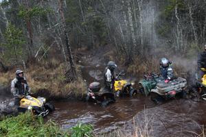 De fyrhjulsdrivna fordonen kör snabbt fast i den djupa leran.