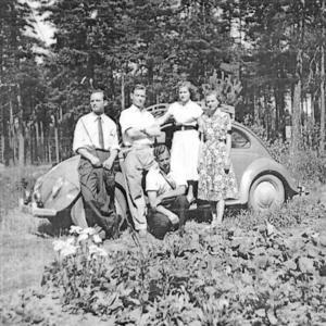 Från krig och död i hemlandet, till lugnet i Sverige. Den här bilden från 1952 visar syskonen Toivo, Armas, Lena, Aino och Eino, i Stocka, där de fann en fristad.