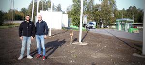 Fredrik Olsson och Andreas Einarsson tankstationen där man just sått för den nya blomsteräng som ska gynna bin och andra insekter.