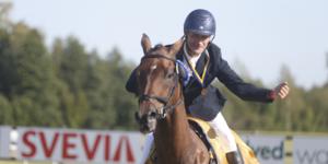 Henrik Adnevik fick göra ett segervarv efter att ha tagit emot sin guldmedalj.