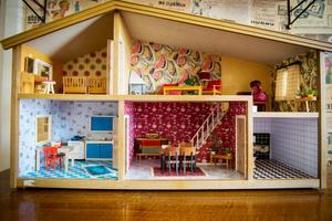 Dockskåpet har fått kärlek och omsorg från Johanna med nya tapeter och golv i 50-talsstil.