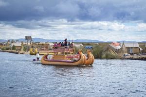 Titicacasjön är en helig plats inom inkakulturen. Traditionella vassbåtar, liksom nyfikna turister, är en vanlig syn.    Foto: Oksana Byelikova/Shutterstock.com