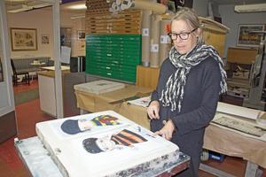 Elisabet Linna Persson berättar att hon brukar titulera sina bilder. Den hon här pekar på heter till exempel