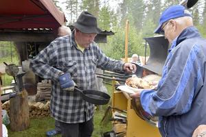John Graaf gräddar kolbullar till en oändligt lång kö.