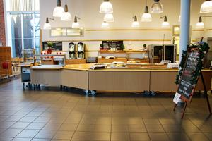 I matsalen står det uppskrivet vad det är för mat. Oftast går eleverna i studieverkstaden till matsalen och äter.