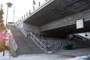 En bred och fin trappa leder ned från perrongen vid spår 11. Den här söndagskvällen var det dock mörkt och trappstegen hala.