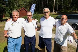 Golfklubbens ordförande Bernt Samuelsson, till vänster, har spelat alla tävlingar under veckan. Hans spelkompisar under rundan i fredags var Thomas Ahlin, Harry Tägtlund och Heikki Miettinen.