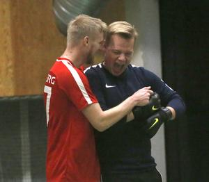 Kalle Holmberg kramar om Filip Lövback, för dagen målvakt men normalt utespelare i Laxå IF:s division 4-lag, efter segern mot Hidingsta.
