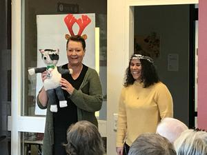 Projektets maskot Pelle Svanslös presenteras av Christina Adlercreutz, pedagog på Filuren, och Hällez Pirmosa, lärare för Åkraskolans 2A.