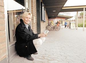 """I oktober 1998 öppnade LT lokalredaktion i Nykvarn, med Lillan Hedlund som redaktör. """"Jag älskar att prata – mycket, och jag tycker om att umgås med människor"""" sa hon i intervjun."""