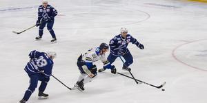 IFK Arboga kastar matchen mot Köping HC i papperskorgen.