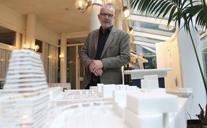 Thomas Wulcan, enhetschef på Tekniska kontoret i Västerås, visar modellen av det tilltänkta nya resecentrum. Området kring stationen kallas Stationsområdet Kungsängen och här kan flera p-hus komma att byggas i framtiden.