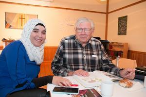 Khloud Alrefai kom 2014 från Syrien. Under språkcaféet diskuterade hon samhällsvetenskap med Lars Lindberg, pensionerad lärare på en maskinförarutbildning.