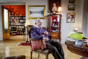 Den 24 november 2019 fyller Sigvard Marjasin 90 år. Ovanför skåpet i bakgrunden hänger en yngre variant av honom.
