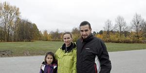 Bjurhovda ser tråkigt ut, tycker Natalia och Oscar Castaneda med dottern  Rachel.