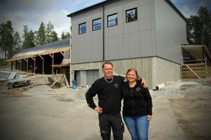 Roger Fridolfsson och Mia Skult utanför Beautytown Cruisers nya lokal.