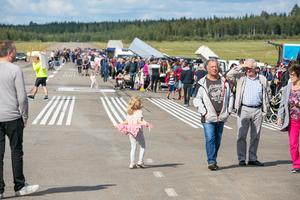 1 000 meter loppis blev ungefär 500 meter,  ett 70-tal säljare, men långt flera besökare än de arrangerande klubbarna hade vågat räkna med.