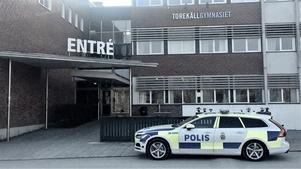 Minst en polisbil stod utanför Torekällgymnasiet under sena fredagseftermiddagen.