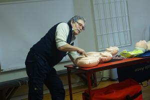 Börje Bergman ger mini-Anne fria luftvägar och hjärtmassage.