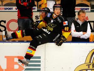 Patrik Berglund var en av spelarna som slog igenom under Bäckmans tid i VIK. Här under en match mot AIK  2006 där supertalangen svarade för tre assists när VIK vann med 5-0.