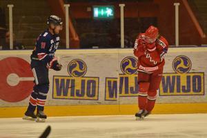 Lukas Wernblom tog sig rejält mot ansiktet i starten av matchen och fick kliva av.
