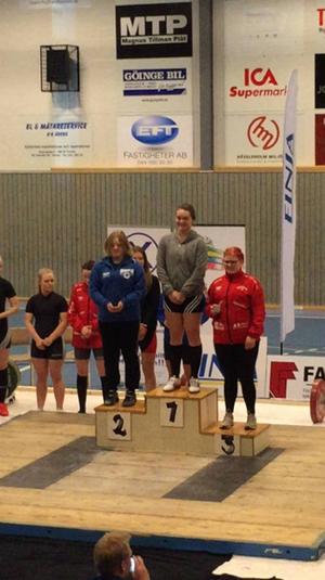 Rebecka Brink står högst upp på prispallen efter helgens USM-tävlingar i Vinslöv.